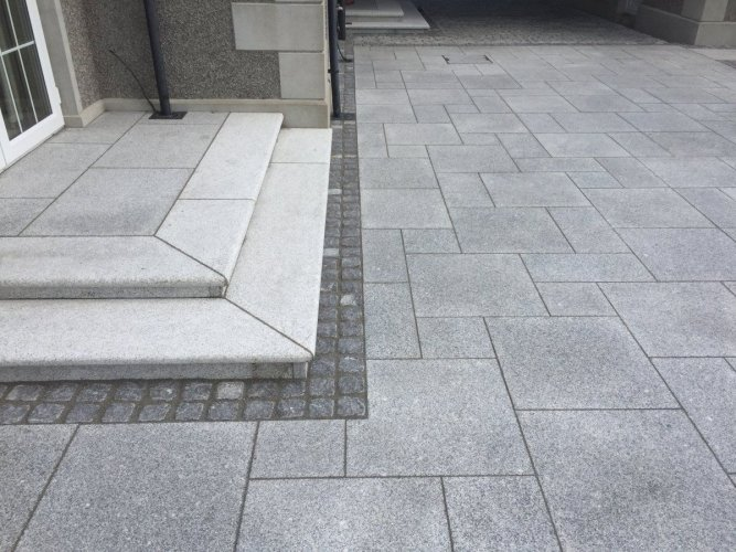 Silver Granite Paving & Black Granite Setts 100 x 100 competed using JOINTEX Easy Joint - Basalt