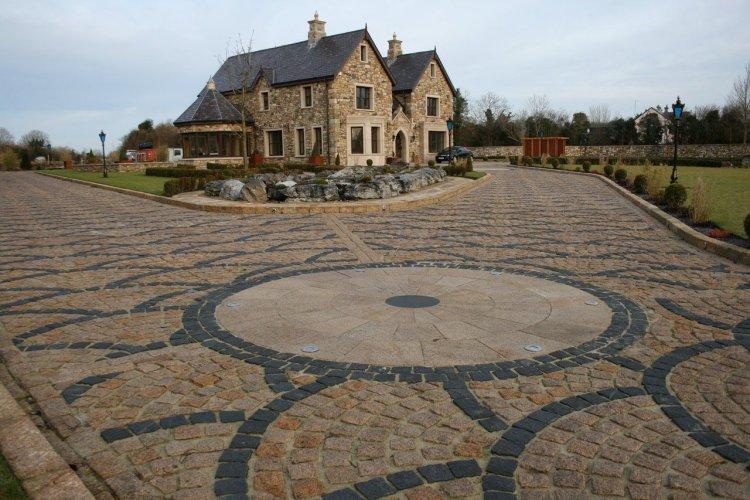 Driveway completed using a Gold Granite Circle, Gold Granite Setts 100 x 100 and Black Limestone Setts 100 x 100